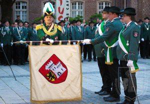 Der neue Oberst Stefan Sürth beim Fahneneid im Rahmen des Großen Zapfenstreichs.