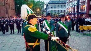 Oberst Stefan Sürth beim Fahneneid während des Großen Zapfenstreichs.
