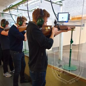 Schützen bei der Teilnahme am Schießen.