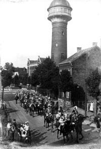 Aufnahme vom Aufmarsch zum Grevenbroicher Schützenfest des Jahres 1923. Man erkennt den Wasserturm auf der Nordstraße und die Vielzahl der Reiter.