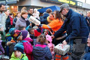 Schüler und Kindergartenkinder basteln den Schmuck für den Weihnachtsbaum.