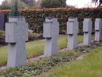 Kreuze am Ehrenmal auf dem Friedhof Grevenbroich-Stadtmitte