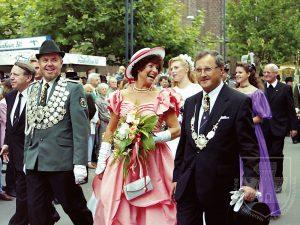 S.M. Karljosef I. und Irmtraud Kaufmann am Kirmessonntag 1994 vor der Parade.