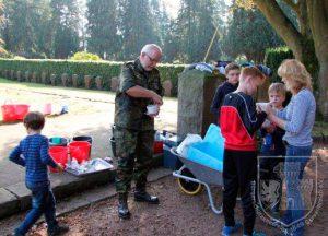 Oberst Joachim Schwedhelm und die Edelknaben erhalten eine Stärkung