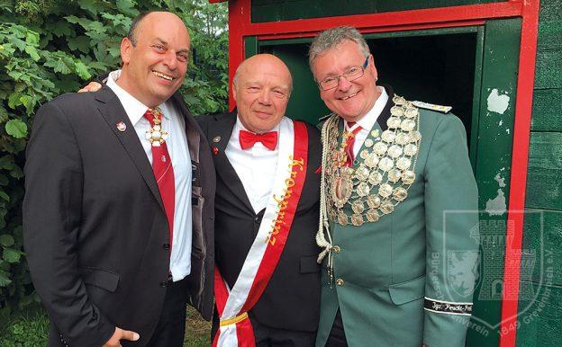 Vizepräsident Victor Göbbels und BSV-Präsident Detlef Bley gratulieren Dieter Minkenberg zur Kronprinzenwürde.