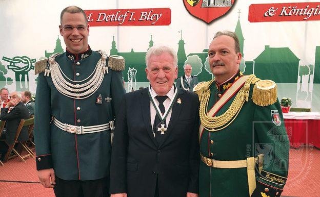 """Regimentschef Stefan Sürth (r.) mit Oberstordensträger Hans """"Laddy"""" Birbaum und Jägermajor Franz-Josef Esser."""