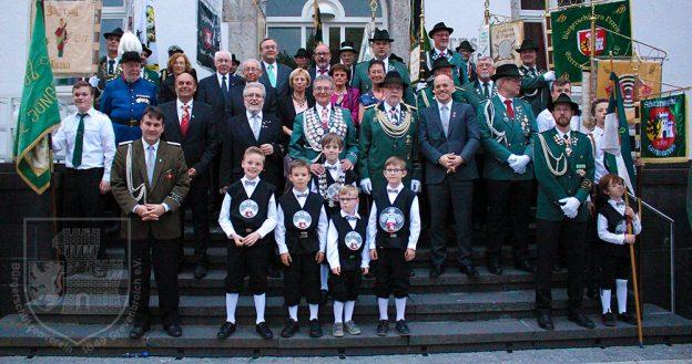 Ehrengäste, Edelknaben und geehrte ehemalige Vorstandsmitglieder auf der Rathaustreppe.