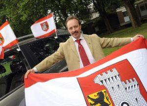 Hans-Dieter Kaltz mit der Grevenbroicher Fahne