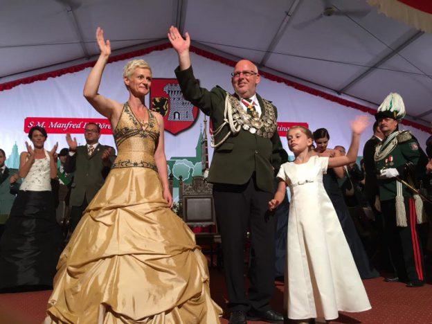 S.M. Manfred II. und Königin Bettina Dörenkamp mit Prinzessin Greta
