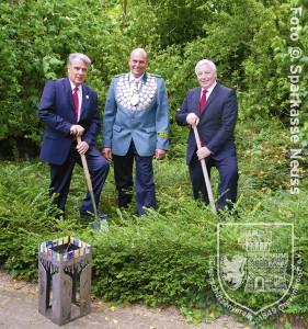 Spatenstich für den Schützenturm durch (v.l.n.r) Dr. Peter Cremerius (BSV-Präsident), Victor Göbbels (Schützenkönig 2014/2015) und Dietmar Mittelstädt (Sparkasse Neuss, stv. Vorstandsmitglied).