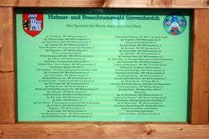 Das Schild mit den Spender-Namen am Heimat- und Brauchtumswald im Bend.